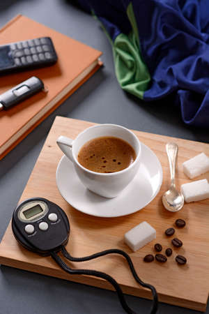 cronografo: taza de café y el cronógrafo en bandeja de madera