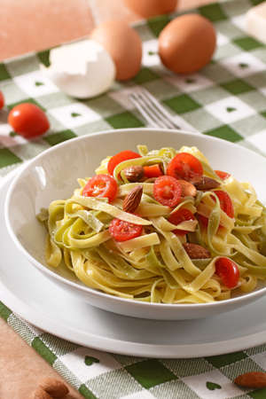 egg noodles: egg noodles with tomato and almonds