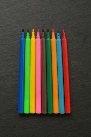 pile of colored felt-tip pens on slate plane - closeup Stockfoto