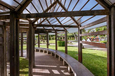 녹색 잔디와 공원에서 정원 pergola 도보 경로 스톡 콘텐츠
