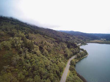 山の湖の近くの空道の森林山の谷の空中パノラマ ビュー 写真素材