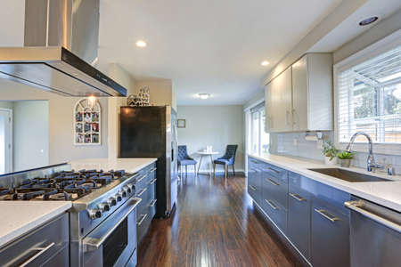 Stylishly updated kitchen with quartz countertops and stainless steel appliances. Фото со стока