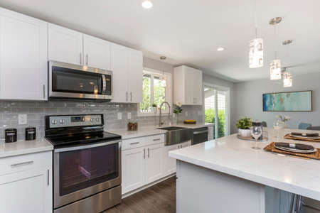 Gorgeous kitchen with open concept floorplan, white cabinets and huge island. Banque d'images