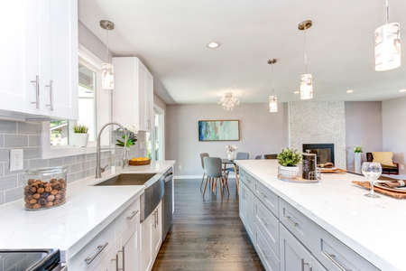 Gorgeous kitchen with open concept floorplan, white cabinets and huge island. 스톡 콘텐츠