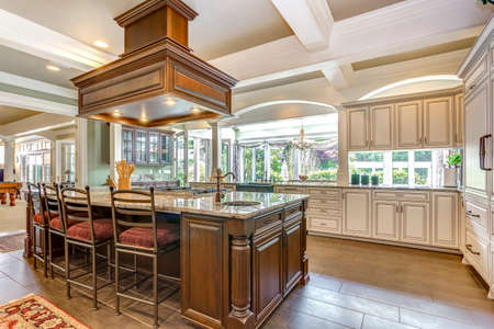 Stunning kitchen room design with large bar style island and coffered ceiling. 版權商用圖片