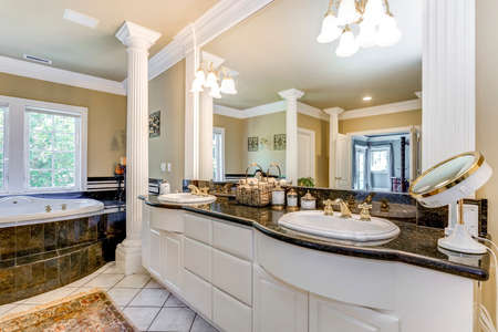 Elegant master bathroom interior with white columns. 免版税图像 - 108106228