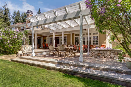 Lovely outdoor deck patio space with white dining pergola in the backyard of a luxury house. Banque d'images - 108106237