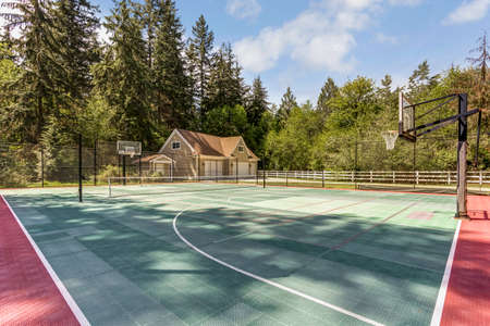 Outstanding country residence with view of tennis court. 免版税图像 - 108106240