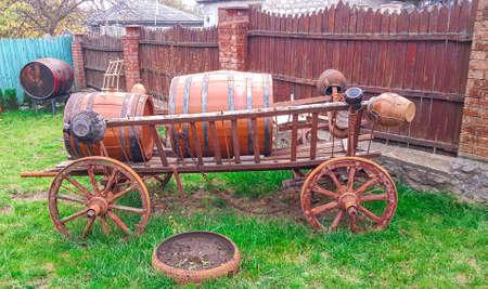 Sur un grand chariot à roues un tonneau de vin. Paysage de campagne. Banque d'images