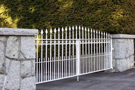 portones: valla de metal blanco en oto�o