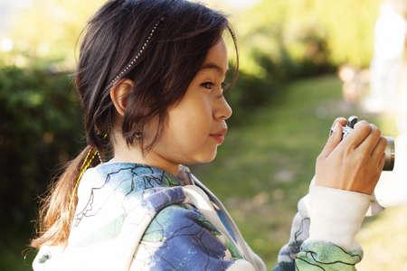 公園でリスの写真をこっそり女の子