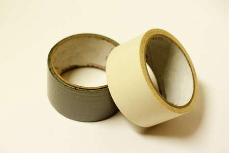 duct tape en plakband tegen een witte achtergrond