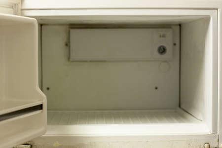 lege ijskast diepvriezer in de klassieke keuken Stockfoto