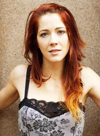 かわいい赤毛の女性 - 挑戦的な凝視 - 頭と肩