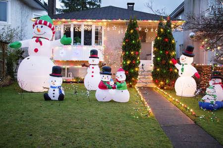 눈사람들과 함께 크리스마스를 장식 한 모든 집