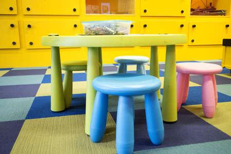 다채로운 아이가 크레용으로 놀이방