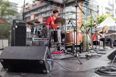 밴쿠버, 캐나다 - 2013년 6월 22일 : 전기 드러머 재즈 기타리스트 드래곤 보트 축제의 메인 무대에서 수행합니다.