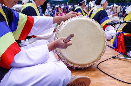 전통 한국 드럼이 축제 장에서 연주되었습니다.