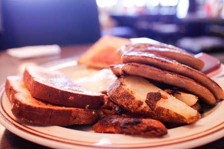 왕성한 계란 소시지와 토스트 아침 식사 스톡 콘텐츠
