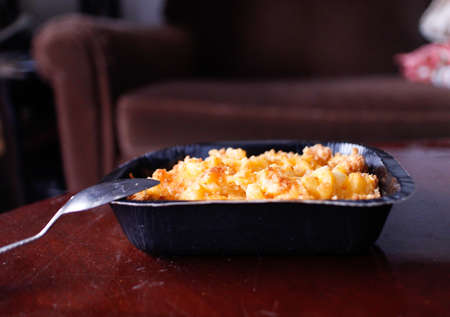 a baked macaroni and cheese in small casserole Stok Fotoğraf