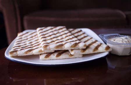 흰 접시에 중동 지역 빵