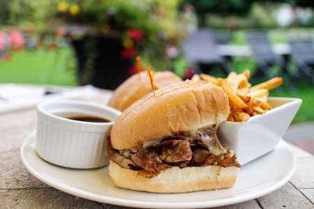 일부 감자 튀김과 육즙이 풍부한 쇠고기 딥 스톡 콘텐츠