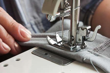 Nähmaschine und Kleidungsstück
