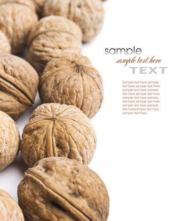frutas secas: nueces rociada sobre un fondo blanco Foto de archivo