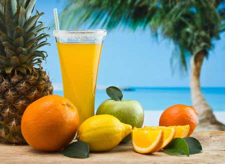 succo d'arancia in un bicchiere su un tavolo con le arance