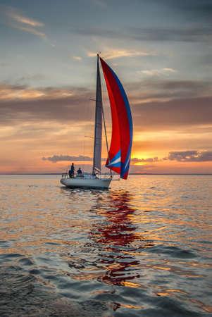 Die Yacht nimmt an Wettbewerben im Segeln auf dem Meer Standard-Bild