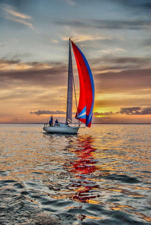 bateau de course: Le yacht prend part à des compétitions à la voile dans la mer