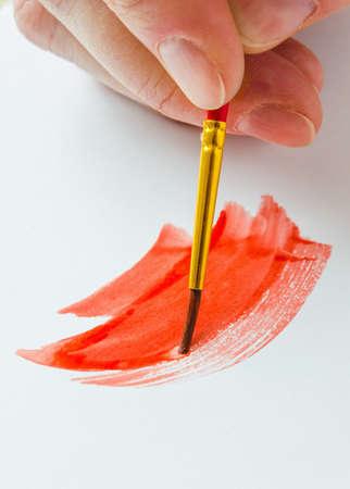 art and craft equipment: pintura pincel sobre un papel blanco Foto de archivo