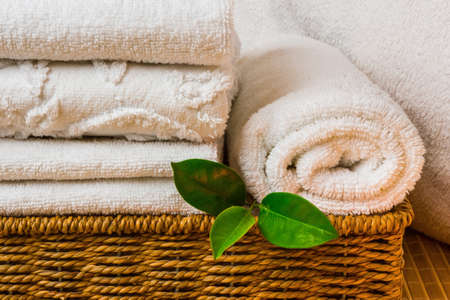 Spa met handdoeken met een kaars en andere accessoires