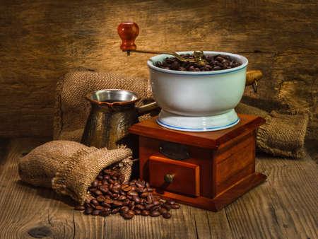 Molino y otros accesorios para el café en un viejo estilo Foto de archivo - 12890230