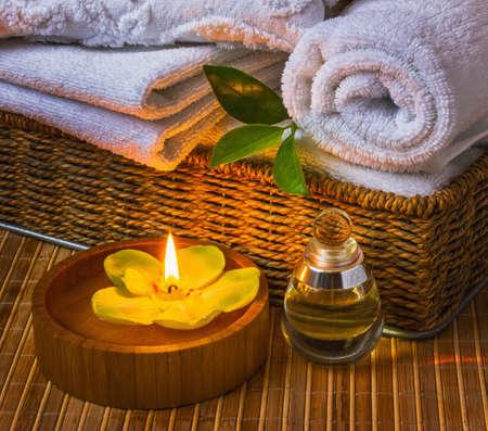 strandlaken: Spa met handdoeken met een kaars en andere accessoires Stockfoto