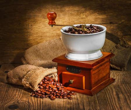 Molino y otros accesorios para el café en un viejo estilo Foto de archivo - 13229718