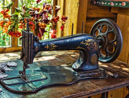 Máquina de coser antigua en el interior de la cabaña antigua rusa Foto de archivo - 13796018