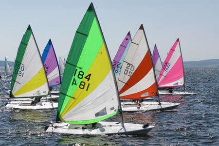 Die Yacht nimmt an Wettbewerben im Segeln auf dem Meer Editorial