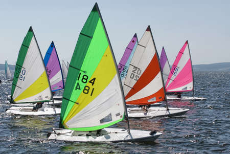 El barco toma parte en las competiciones de vela en el mar Foto de archivo - 13796019