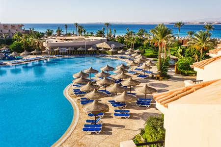 Der Blick aus dem Fenster des Hotels in Ägypten an den Pool, Sonnenschirme und dem Roten Meer