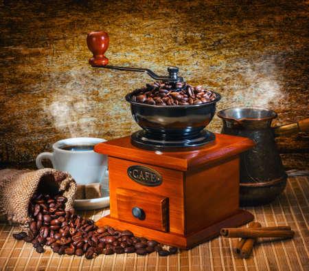 molinillo: amoladora y otros accesorios para el caf� en un viejo estilo Foto de archivo
