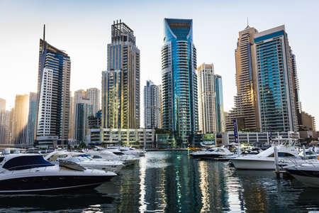 DUBAI, Vereinigte Arabische Emirate - 16. November: Yacht Club in Dubai Marina. VAE. 16. November 2012. Dubai war die am schnellsten entwickelnde Stadt in der Welt zwischen 2002 und 2008.