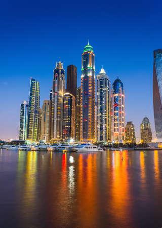 DUBAI, Vereinigte Arabische Emirate - 14. November: Nachtleben in Dubai Marina. UAE. 14. November 2012. Dubai war die am schnellsten entwickelnde Stadt der Welt zwischen 2002 und 2008. Editorial