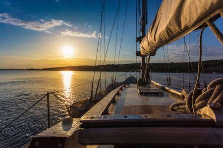 Puesta de sol en el mar en a bordo del Yate de vela Foto de archivo - 20642382