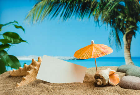 arena: Paraguas en la arena en el fondo de la playa Foto de archivo