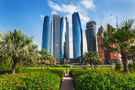 Rascacielos en Abu Dhabi, Emiratos Árabes Unidos Foto de archivo - 24374726