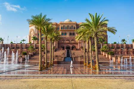 DUBAI - 05 de noviembre: Emirates Palace en Abu Dhabi el 5 de noviembre de 2013, de Dubai. Emirates Palace fue originalmente concebido como un lugar para las cumbres gubernamentales y conferencias en el Golfo Pérsico Foto de archivo - 24374727