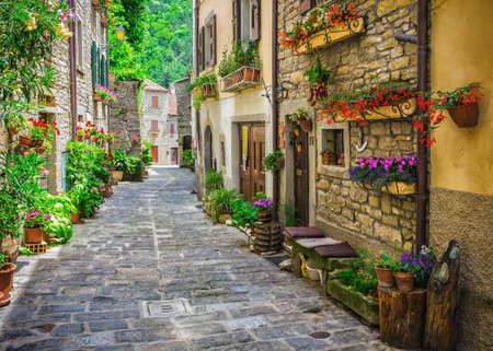 ITALIEN - 23. Juni 2014: Typisch italienische Straße in einer kleinen Provinzstadt der Toskana, Italien, Europa