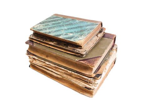 feuille froiss�e: Un vieux livre avec une feuille froiss� et cartonn� isol�es sur fond blanc