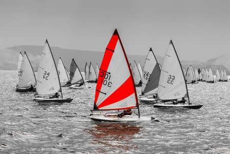 bateau de course: Le yacht participe à des compétitions à la voile dans la mer